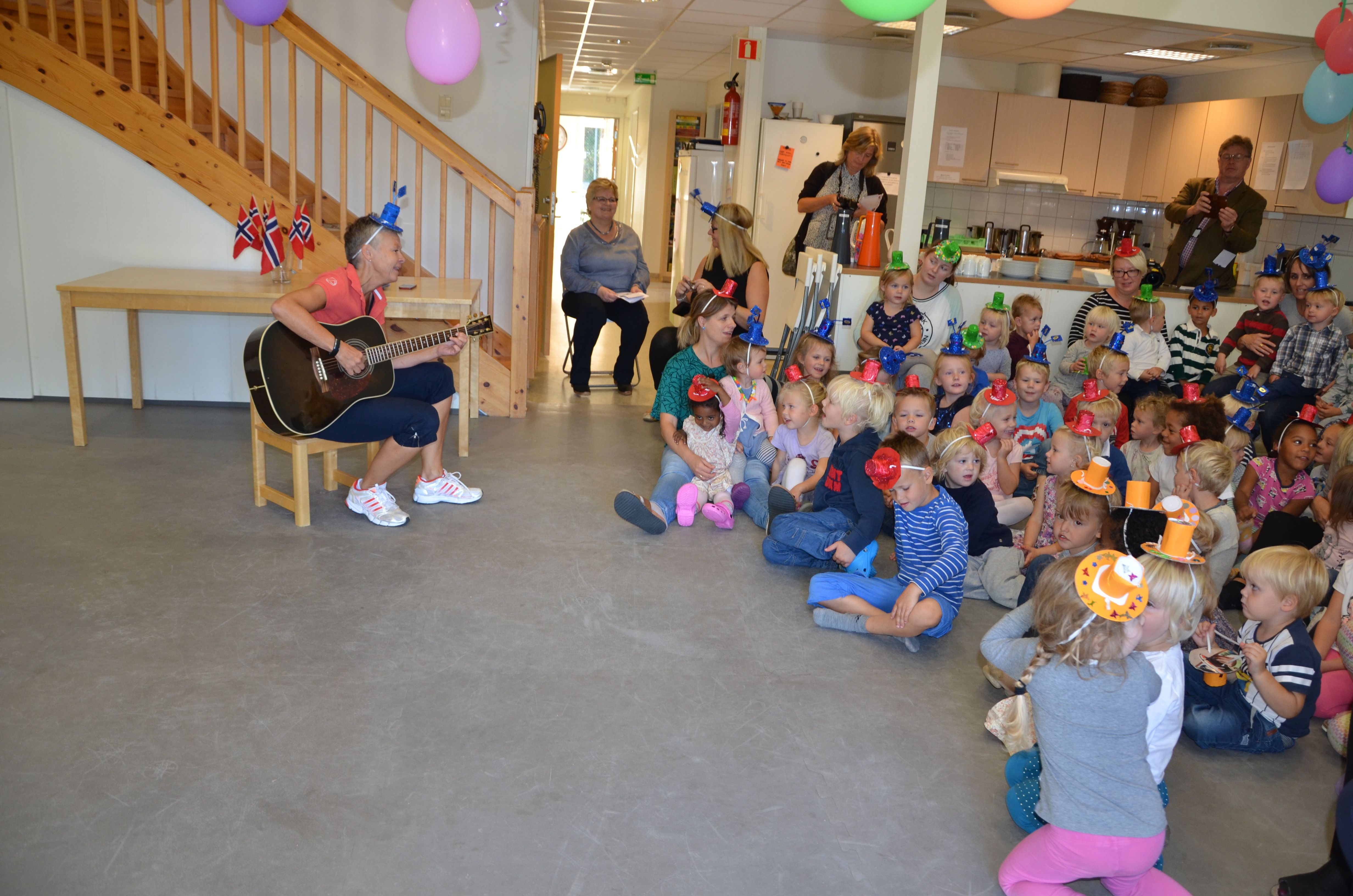 SANG BURSDAGSSANG: Pedagogisk leder Karin sang bursdagssang med barna.