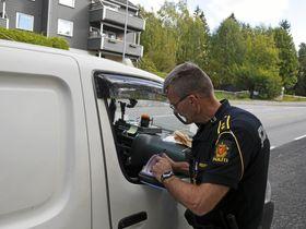 STORKONTROLL PÅ SOFIEMYR: Politioverbetjent Oddgeir Blokkum i Øst politidistrikt gjennomfører kontroll i Sønsterudveien.