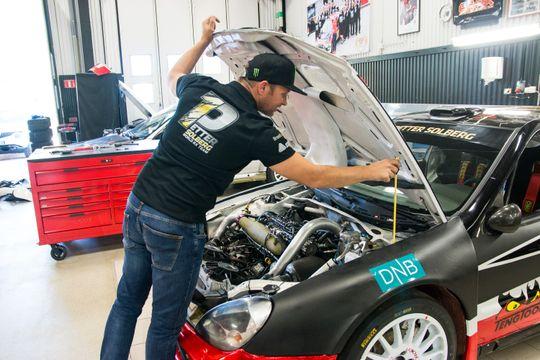 Både rally- og rallycross-bilen i PSRX har beskjedne fire sylindre under panseret.