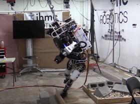 Etter cirka et halv minutt må roboten gi opp.