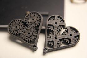 Hjerter skrevet på Wanhao Duplicator i3 V2.1, med filamentet Magnetic Iron fra Proto-Pasta. Høyere egenvekt enn vanlig PLA, men åpenbart er dette stadig mest plast.
