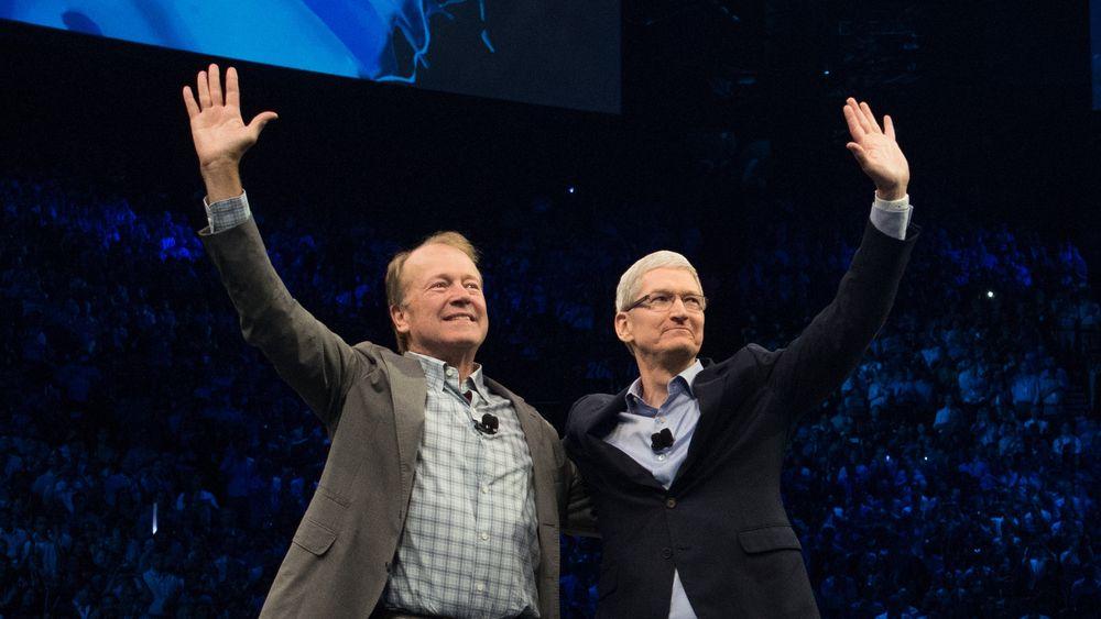 Ciscos tidligere konsernsjef John Chambers (til venstre) og Apples toppsjef Tim Cook annonserte samarbeidet i august i fjor.