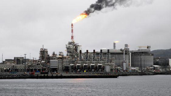 Lav CO2-pris kan gjøre gasskraft mer samfunnsøkonomisk lønnsomt enn å bygge ny kraftlinje til Øst-Finnmark, ifølge Statnett. På bildet ser vi gasskraftverket som forsyner LNG-anlegget på Melkøya ved Hammerfest.