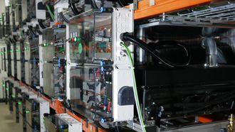 Et energilager bestående av brukte elbilbatterier.
