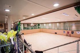 Det oppfordres til fysisk fostring om bord. I denne gymsalen kan mannskapet spille ball, ta spinningtimer og drive sirkeltrening.