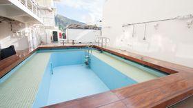 Om været tillater det, fylles dette bassenget med sjøvann slik at mannskapet kan ta seg en dukkert.