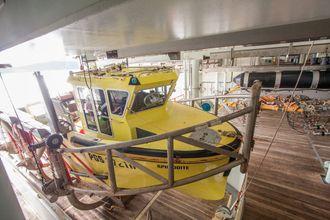 Arbeidsbåtene settes rett ut akter, og operasjonen gjøres av en person med fjernkontroll.