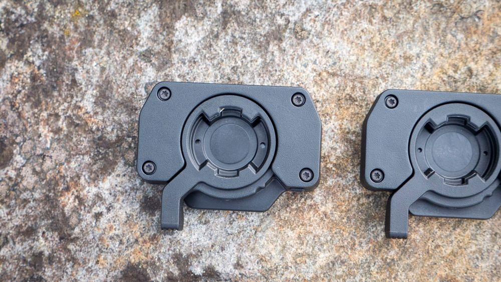 Kameraet låses fast i Garmins egne festeplater med den lille tappen som stikker ut.