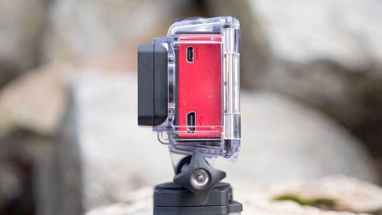 Av en eller annen grunn har Garmin valgt Mini-USB som ladekontakt på Virb Ultra 30.