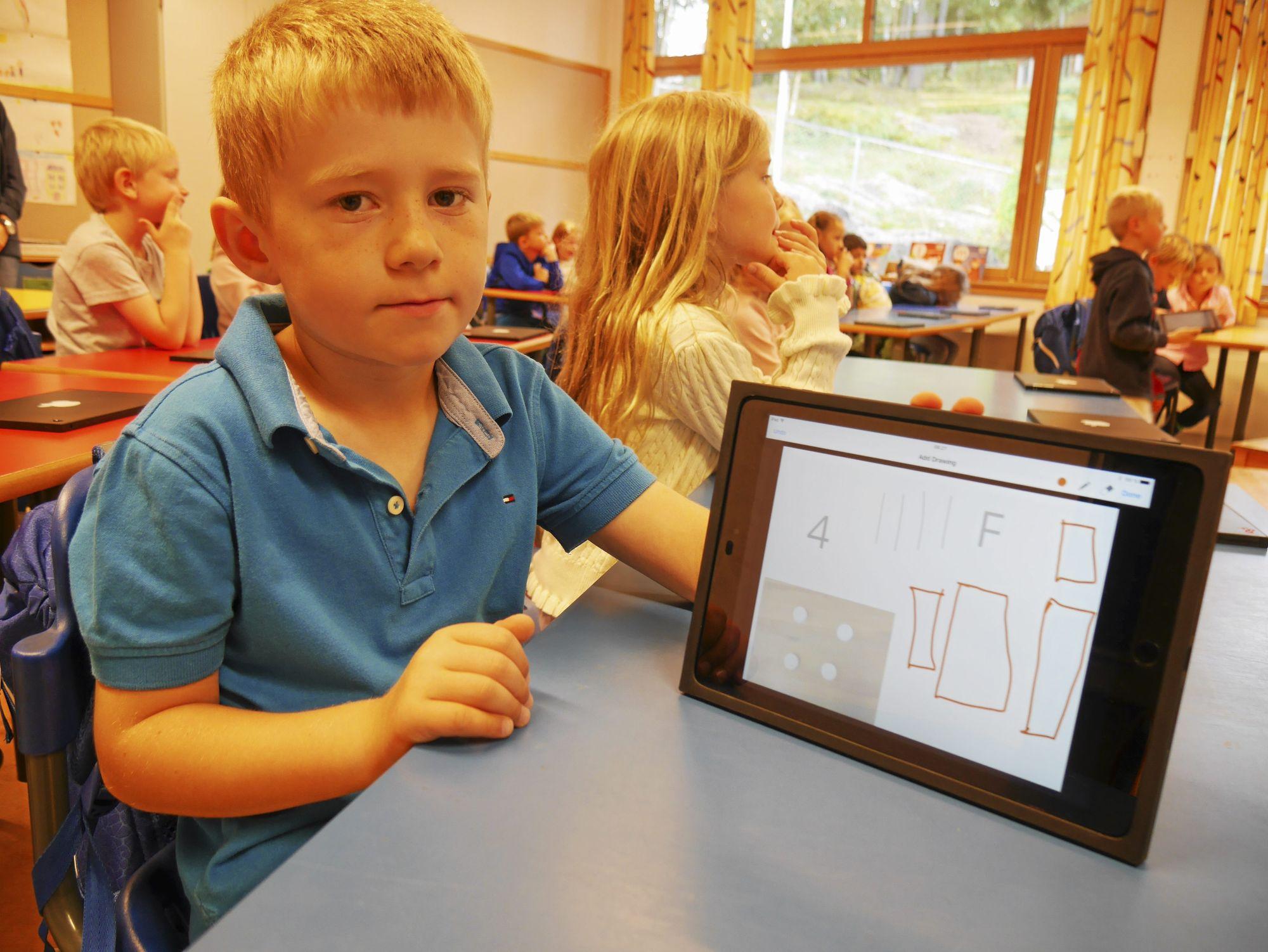 VIL IKKE HA SKOLEBØKER: – Det er bra at jeg slipper å lese bøker på skolen, sier Håkon Koldingsnes (6). Han synes det er mer spennende å gjøre oppgaver på iPad.