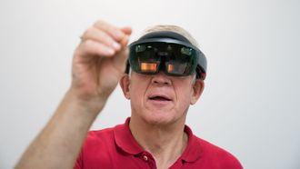 Vår reporter Odd Richard Valmot med HoloLens.