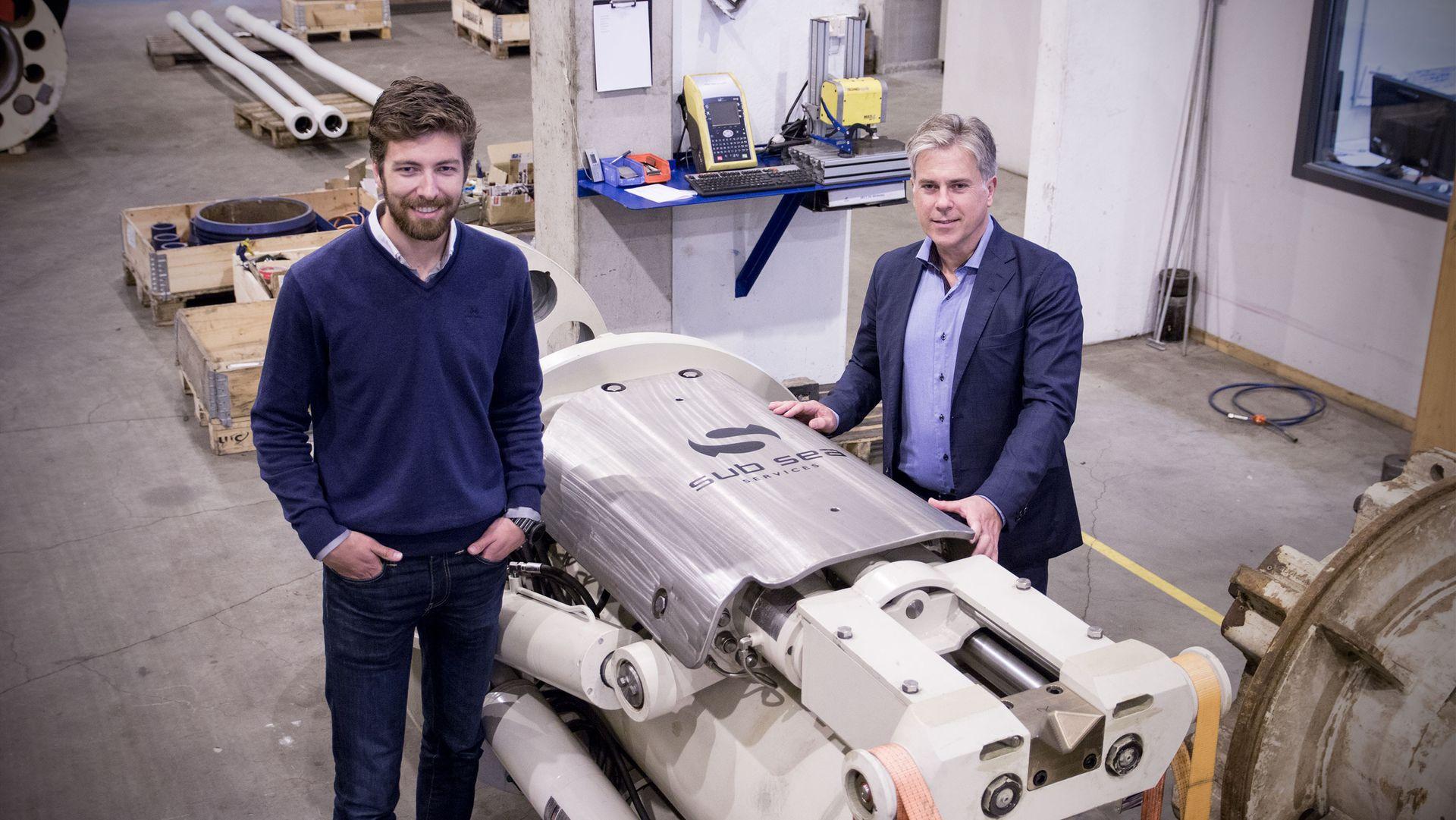 Alexander Iversen,  teamlederen for ingeniørene i Sub Sea Services, og CEO Bernt Arne Breistein står foran selskapets ROPS montert på en raiser.