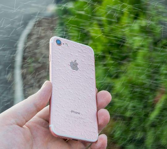 Tette telefoner tåler ikke nødvendigvis alt. Det må som regel betraktes mer som en forsikring enn som en garanti mot at det går galt. Derfor var det en smule nervepirrende å spyle iPhone 7 før testen var ferdig. Men den klarte seg fint.