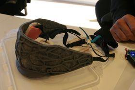 Tenkehatten er 3D-printet med et utseende valgt mest av hensyn til praktisk struktur, og fleksibilitet for plassering av elektrodene, elektronikk og batteri på innsiden.