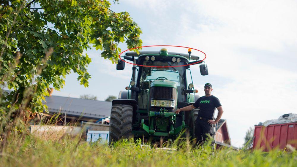 Yara jobber tett med bøndene om produktutvikling, Denne traktoren har sensorer montert på taket.