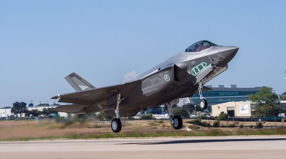 Første testflyging med de nye norske kampflyene F-35 på Lockheed Martins testbane i Fort Worth, Texas i fjor. Under en rutinekontroll er det oppdaget feil i kjølerørene i drivstofftankene på 15 F-35-fly, blant dem to norske, melder Forsvarsdepartementet.