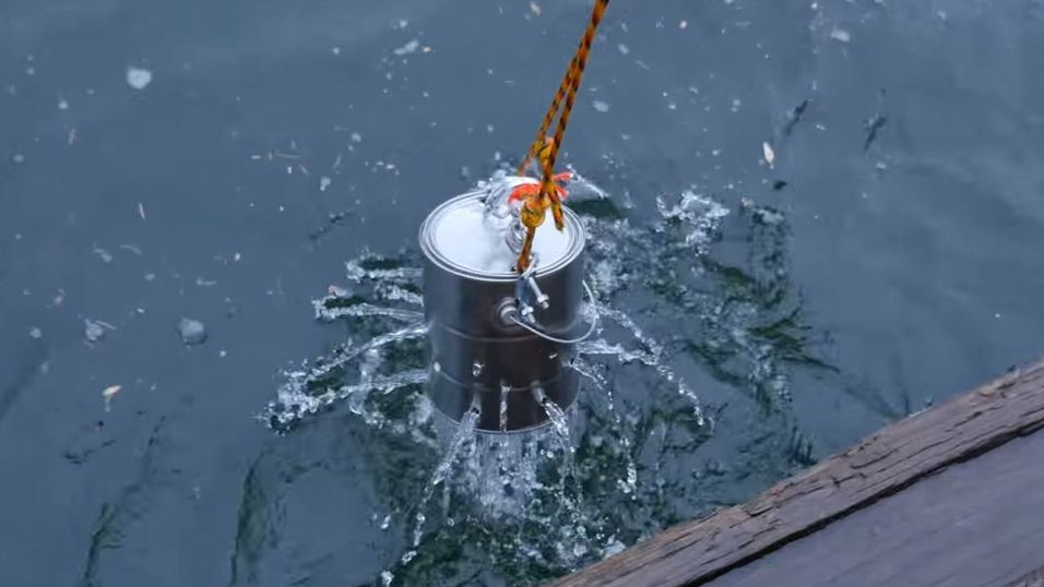 Testen gikk ut på å senke begge telefonene ned i sjøen i dette hullete spannet.