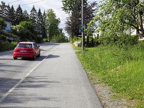 TRAFIKKMÅLER: Det står en trafikkmåler i Holbergsvei, som er et av tiltakene mot grisekjøring i området. Dessverre kjører ikke alle like pent her som denne bilen i 30-sonen-.