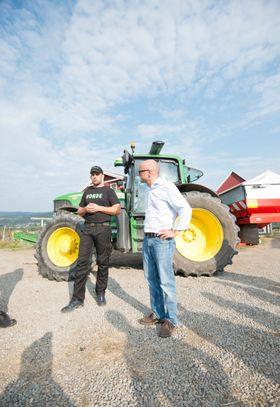 FORKLARER: Egil Hoen forteller klimaminister Vidar Helgesen om N-Sensoren.