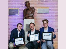 Forskere ved Det tekniske universitet i München, Fabian Steiner, Georg Böcherer, og Patrick Schulte ved en statue av Claude Shannon.