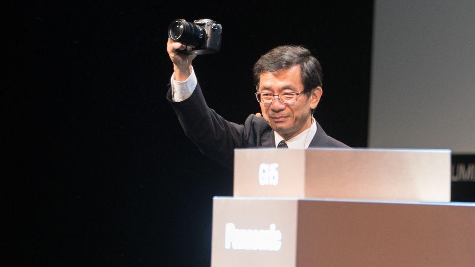 Yosuke Yamane, leder for bildedivisjonen i Panasonic, med den kommende GH5.