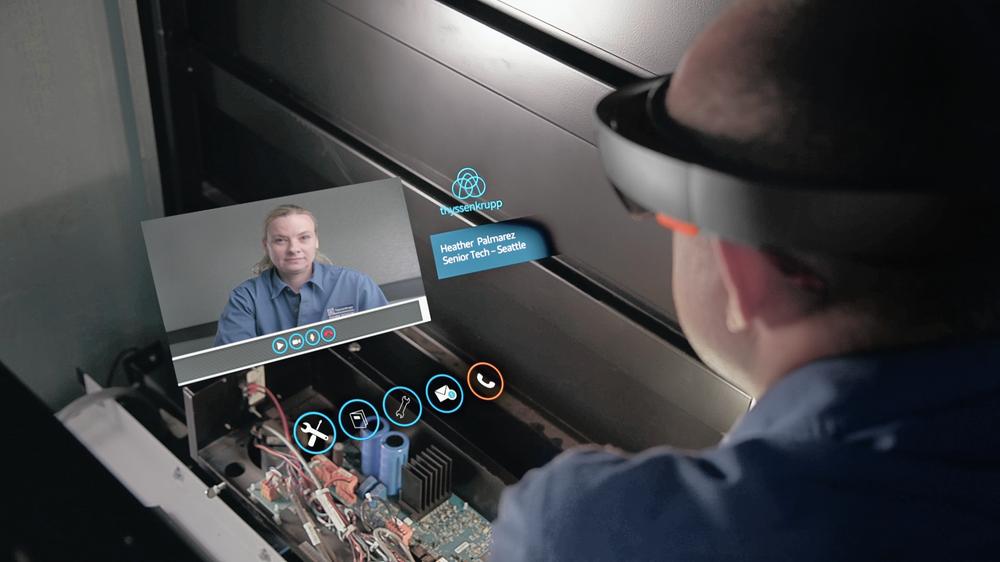Tusenvis av heismontører hos Thyssenkrupp kan nå bruke HoloLens mens de vedlikeholder eller reparerer heiser. Bildet viser hvordan det kan se ut når en montør konfererer om en teknisk detalj med en ekspert.
