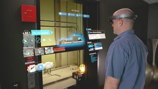 Heistekniker som bruker Hololens til å få informasjon om akkurat den heisen han jobber med.