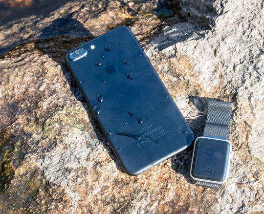 De nyeste iPhone-modellene tåler å bli senket i vann, mens nye Watch tåler en svømmetur. Dermed kan begge trygt være med når du vet det blir vått.
