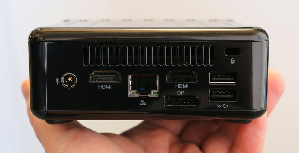 ASRock Beebox-S har to HDMI-porter, DisplayPort, gigabit LAN og to USB 3.0-porter. Varm luft kommer ut øverst. Plass til kensingtonlås oppe til høyre, strøminntak til venstre.