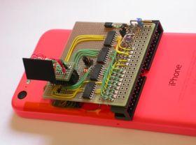 Med denne innretningen kan flashminnebrikken enkelt byttes, uten å måtte åpne telefonen.