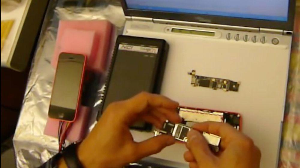 Sergei Skorobogatov demonstrerer hvordan han er i stand til å prøve et ubegrenset antall passordforsøk på en iPhone 5C.