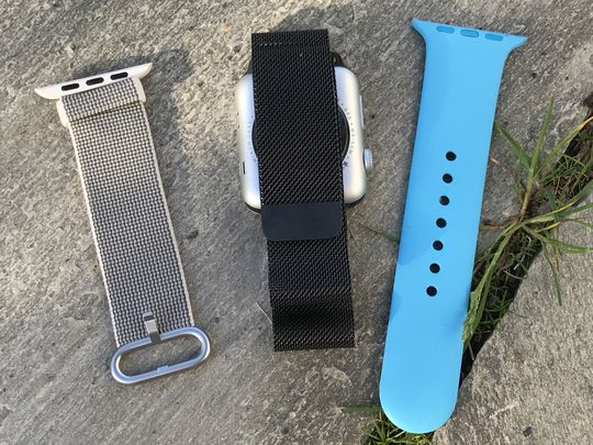Det finnes en rekke reimvalg til Apple Watch-modellene etter hvert. Til høyre er ett av sportsbåndene i polyuretan, og til venstre er stoffvarianten som følger med sportsutgaven. I midten er den mer påkostede, og kostbare, Milanese Loop.