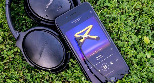 Bose QC35 trenger i utgangspunktet ikke tråd for å spille musikk med god lydkvalitet og demping. De kablede hodetelefonene gir bedre lyd, men kanskje er det likevel på tide å legge kabelen fra seg på farten.