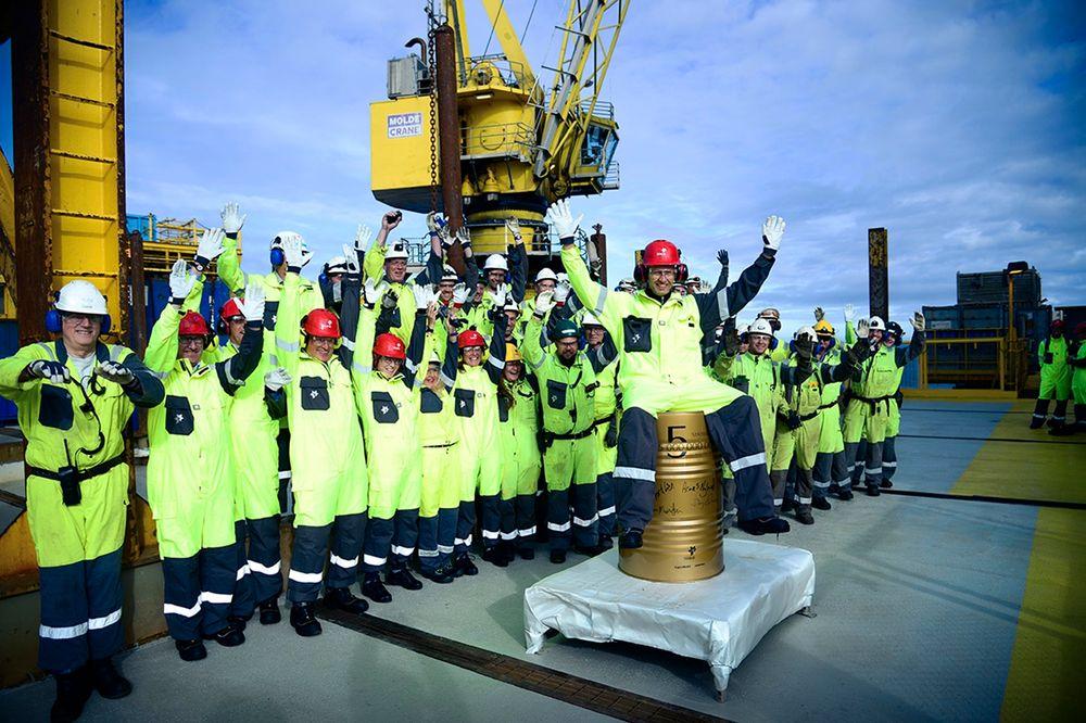 Olje- og energiminister Tord Lien besøkte mandag Statfjord A-plattformen i Nordsjøen og deltok på feiringen av oljefat nummer fem milliarder produsert på Statfjord-feltet.