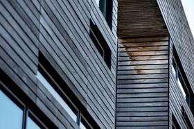 Store deler av fasaden på Jåttå har tydelige skader.