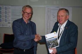 Knut Harstad fra Hæhre og Torbjørn Naimak fra Statens vegvesen har signert tunnelkontrakten.