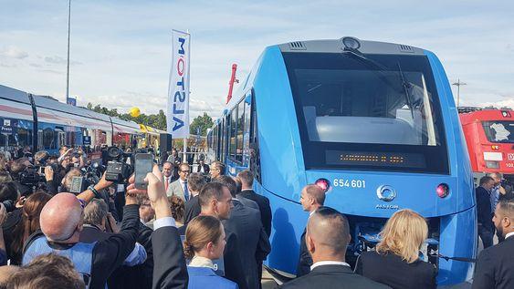 Stor stahei: Når den tyske ministeren for transport og digital infrastruktur kommer for å se på det nye hydrogentoget, blir det liv i kameraene.