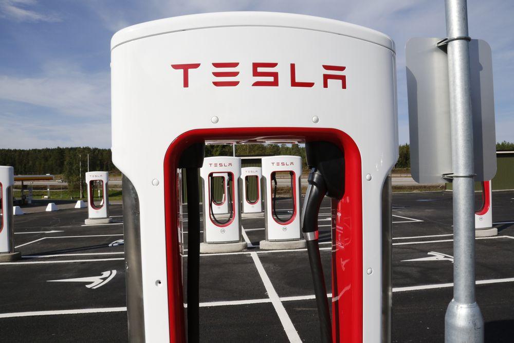 Tesla har et godt grep om det norske elbilmarkedet, og åpnet nylig en rekke ladestasjoner på Eidsvoll.