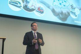 Lanserer batteritog: Sjefen for Bombardier Transportation, Laurent Troger mener batterier er.