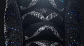 Nærbilde av «lissene», som strammer seg selv via en sensor på hælen til skoene.