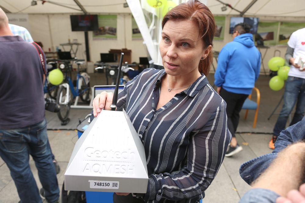 Tine Reuterdahl leder arbeidet med tingenes Internett i Telia Next. Her med en sensoren av den typen som nå skal utplasseres.