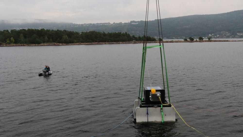 Prototypen står nå på 4,8 meters dyp i Svelvikstrømmen i Drammensfjorden.