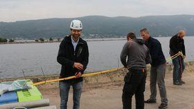 Teknologisjef Joachim Amland (f.v.) og daglig leder Arne Kollandsrud (tredje f.v.) stripser sammen kablene til prototypen.