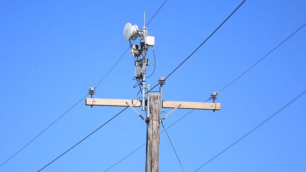 Strømmast utstyrt med flere radioer, både for Wi-Fi og millimeterbølgelengder.