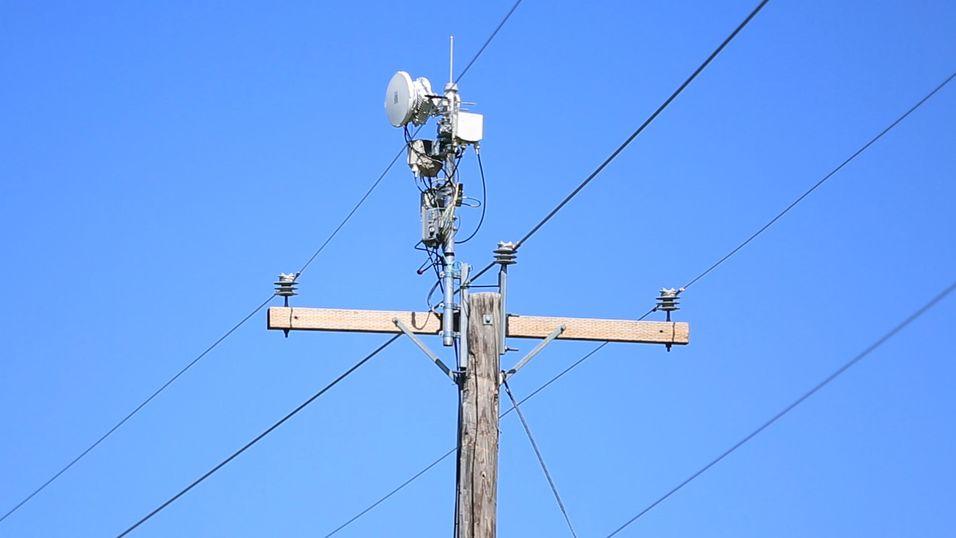 Strømmast utstyrt med flere radioer, både for wifi og millimeterbølgelengder.