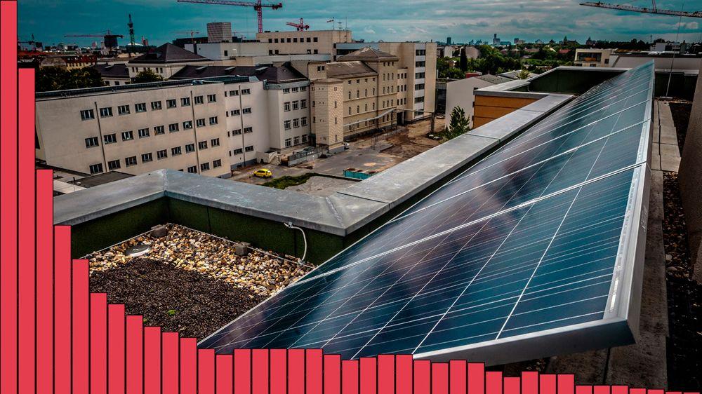 Kostnadene for solcellepaneler har stupt siden 1976. Hvor mye prisene fortsetter å gå ned, avgjør om en massiv solkraftutbygging i Norge vil være fornuftig.