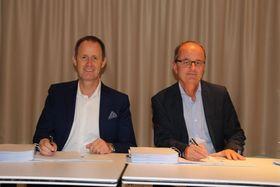 Her signeres avtalen mellom Lyse og Tieto. Leder for Tieto Norge, Christian Schøyen, til venstre og konsernsjef Eimund Nygaard i Lyse til høyre.