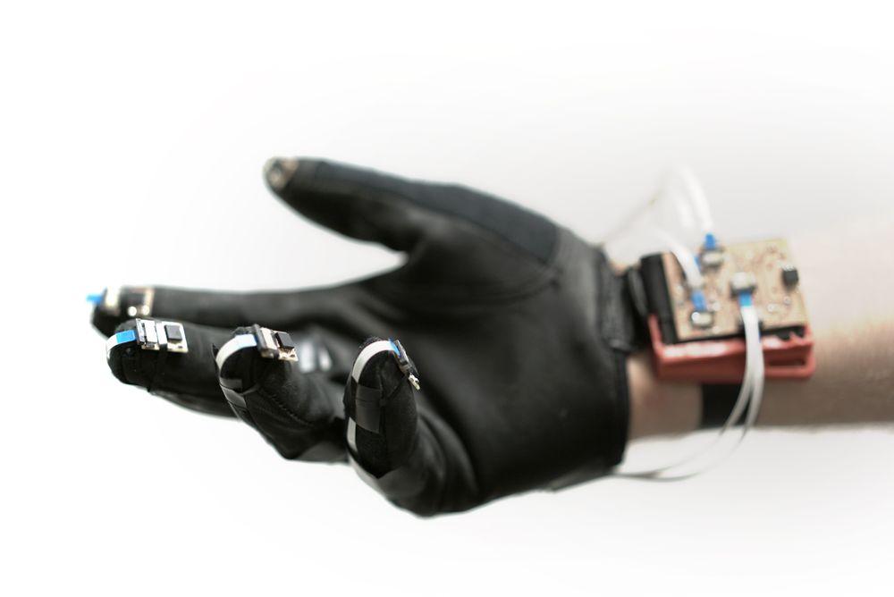 Smart hanske: Hansken er utstyrt med sensorer i fingrene og på håndleddet, som sender informasjonen videre til en «hjerne». Denne bearbeider signalene den får og prøver å gjenkjenne definerte håndbevegelser. Hjernen sender styringsinformasjonen videre til dronen via en telemetrilink, slik at dronen vet hva den skal gjøre. Planen er å utvikle funksjonaliteten til hansken, ved å koble det til et VR-headset.