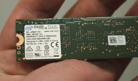 Intel SSD 600p Series er enkeltsidet, noe som betyr at alle komponentene er samlet på den ene siden. Baksiden har kun et par klistremerker å kikke på.