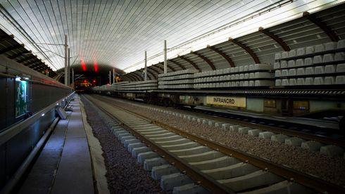 Her kjører toget for første gang gjennom Holmestrand stasjon